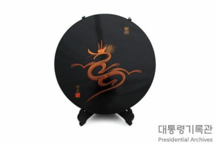 용 문양 옻칠 접시 이미지