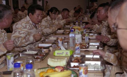 노무현 대통령 이라크 자이툰부대 방문 식사2