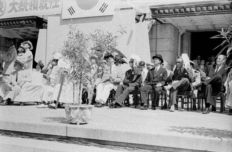 제2대 이승만 대통령 취임식 및 광복절 기념식 참석자들 사진
