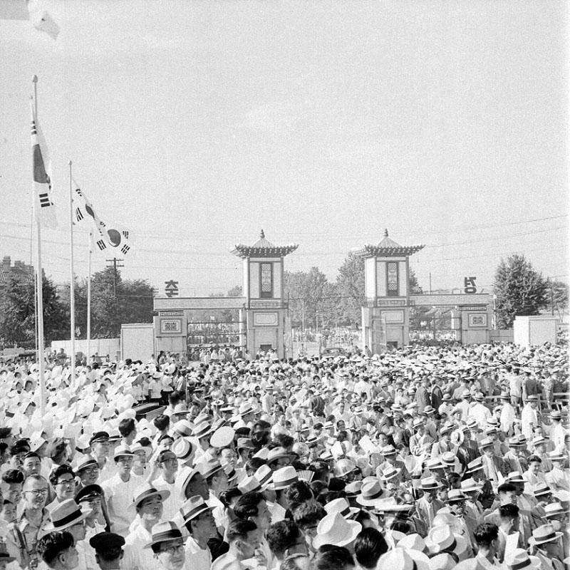 제3대 이승만 대통령 취임식 및 제11회 광복절 기념식 참석인파 사진