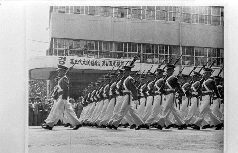 제3대 대통령 취임 및 제11회 광복절 기념 사열 사진