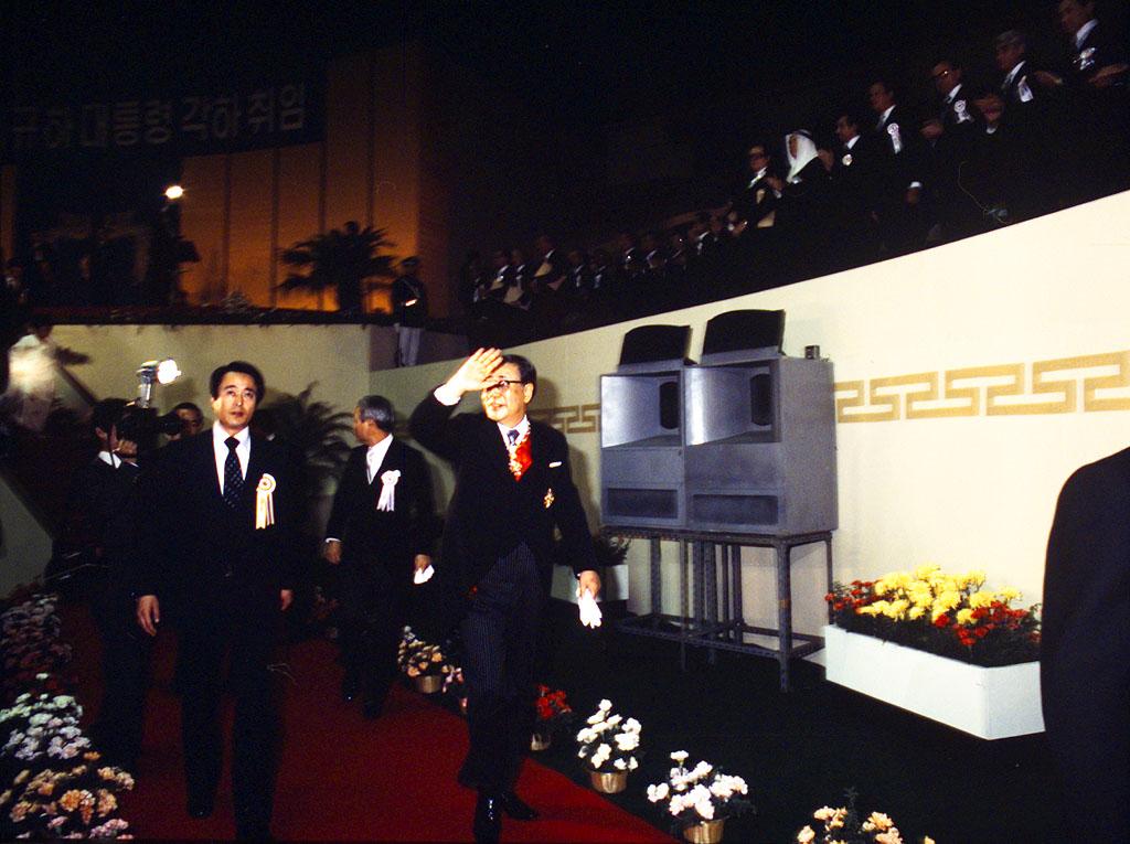 최규하 대통령이 손 흔드는 모습 사진