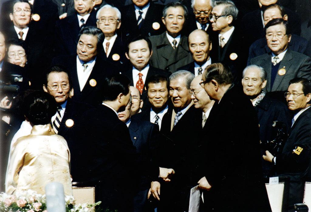 취임사 후 전직 대통령과 인사 사진