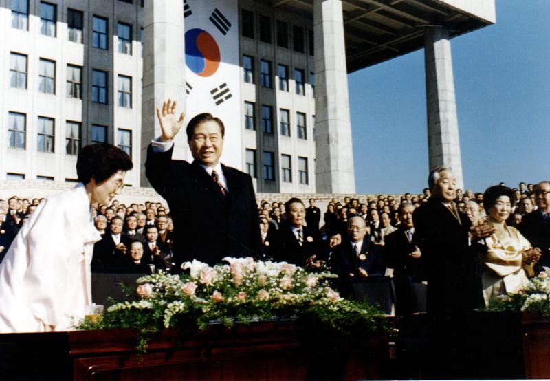 환호에 답례하는 김대중 대통령 사진