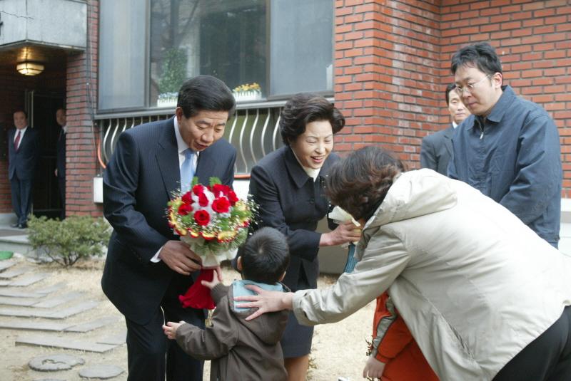 취임식전 아이들로 부터 꽃을 받으시는 모습 사진
