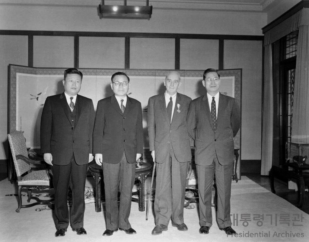 윤보선 대통령 스코필드 박사 문화훈장 수여 사진