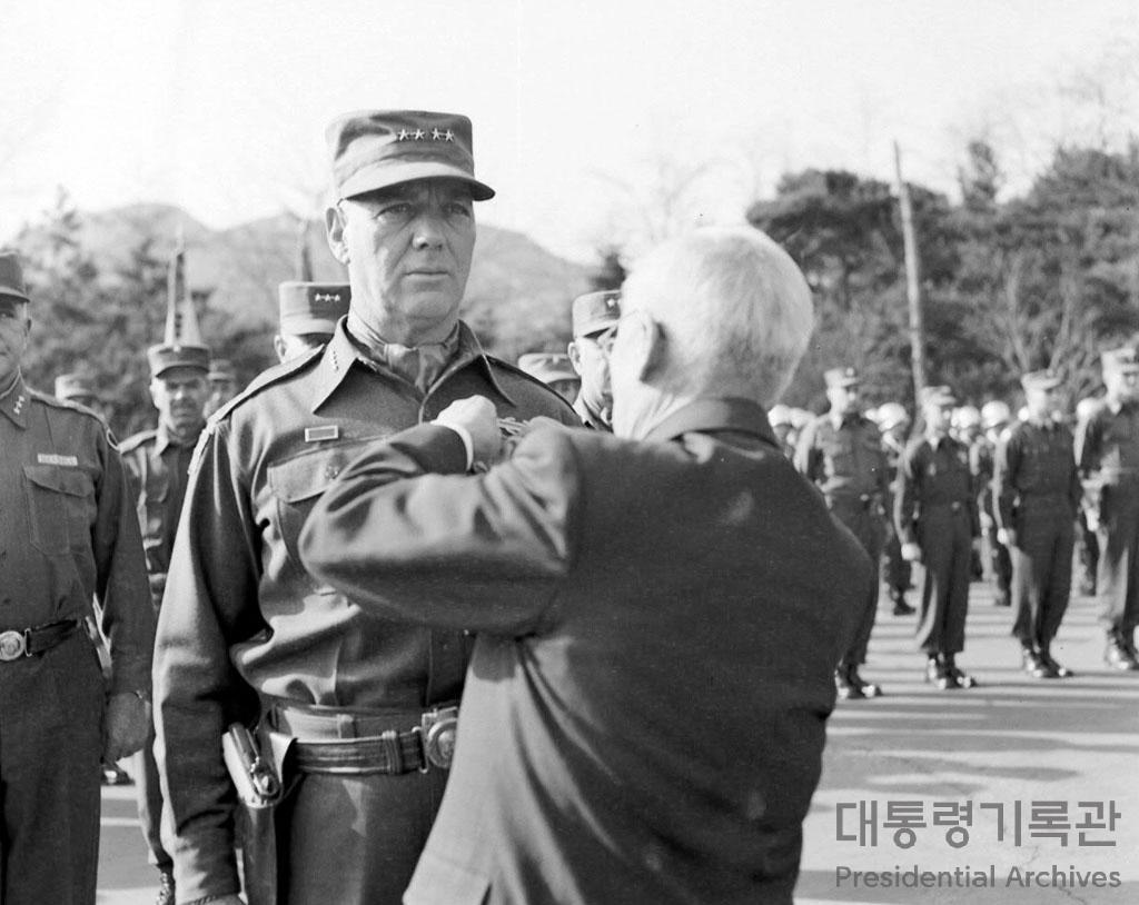 이승만 대통령 밴플리트 장군에게 훈장 수여 사진