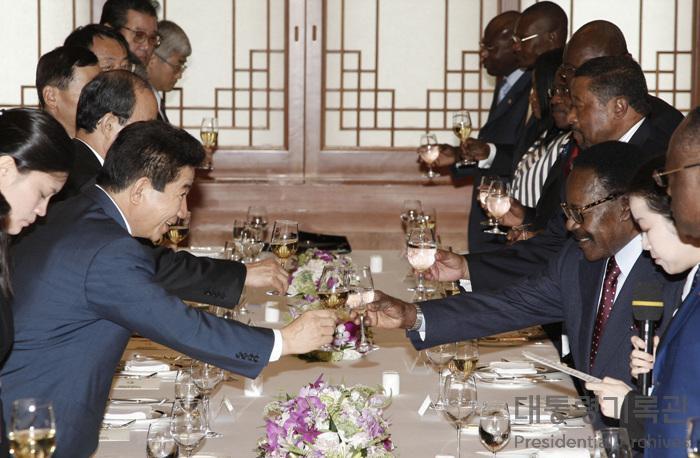 노무현 대통령 봉고-온딤바 가봉공화국 대통령과 환담 및 오찬 사진