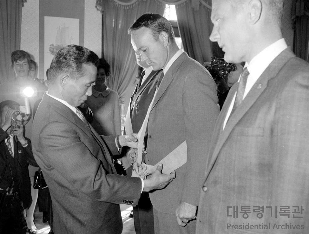 박정희 대통령 아폴로 11호 우주인 일행 접견 서훈 사진