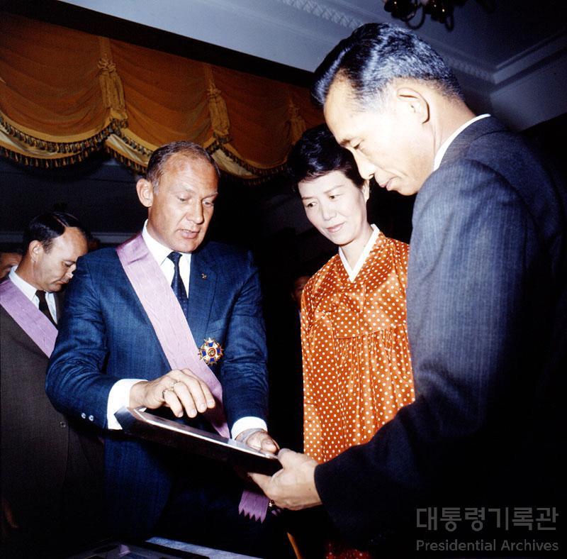 박정희 대통령 아폴로 11호 우주인 접견 선물교환 사진