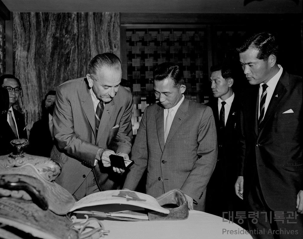 한국에 미 대통령 전용기를 보낸 린든 B. 존슨(Lyndon Baines Johnson) 대통령 사진