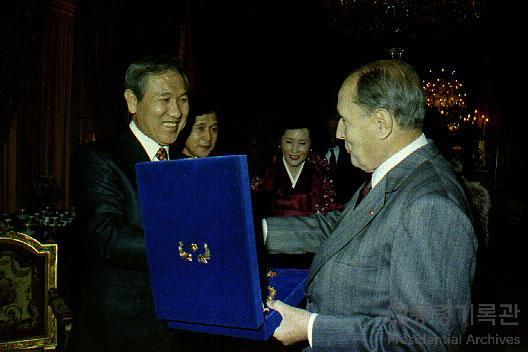 노태우 대통령 미테랑 프랑스 대통령 접견 선물 교환 사진