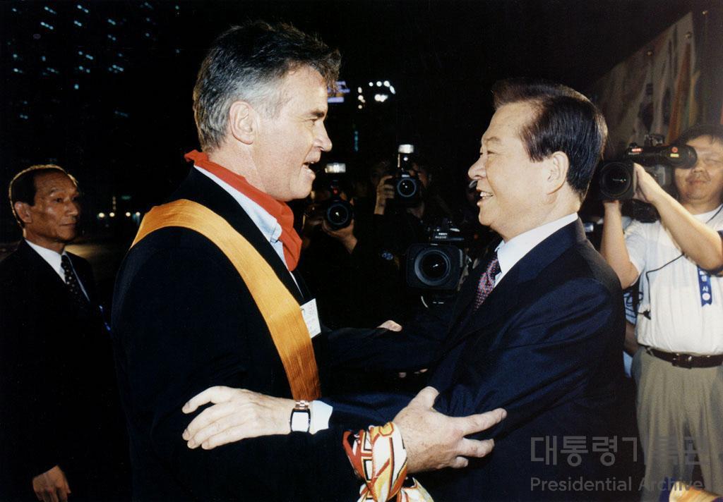 김대중 대통령 2002 한·일 월드컵 성공 개최 국민대축제 참석 히딩크 감독에게 명예 국민증 수여 사진