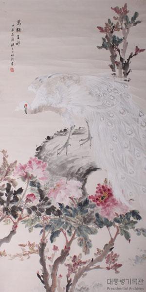바위위 흰색 공작새가 그려진 채색 수묵화 이미지