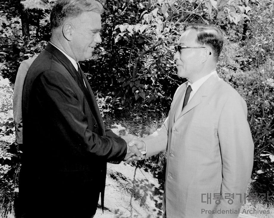윤보선 대통령, 제임스 밴플리트(James Alward Van Fleet) 장군 접견 사진