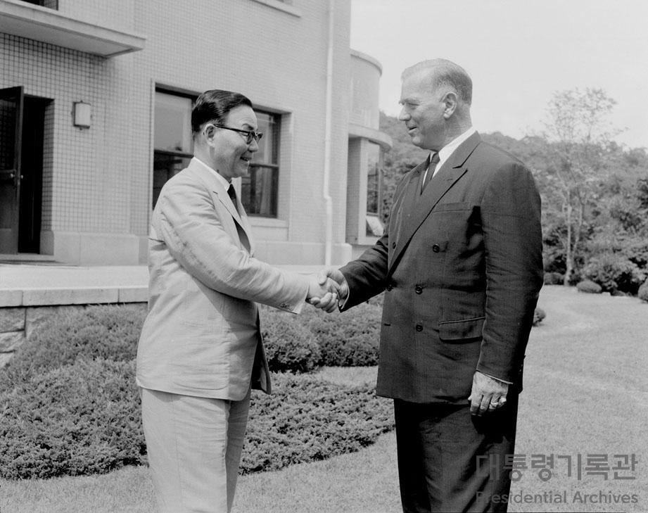 윤보선 대통령 제임스 밴플리트(James Van Fleet) 장군 접견 사진