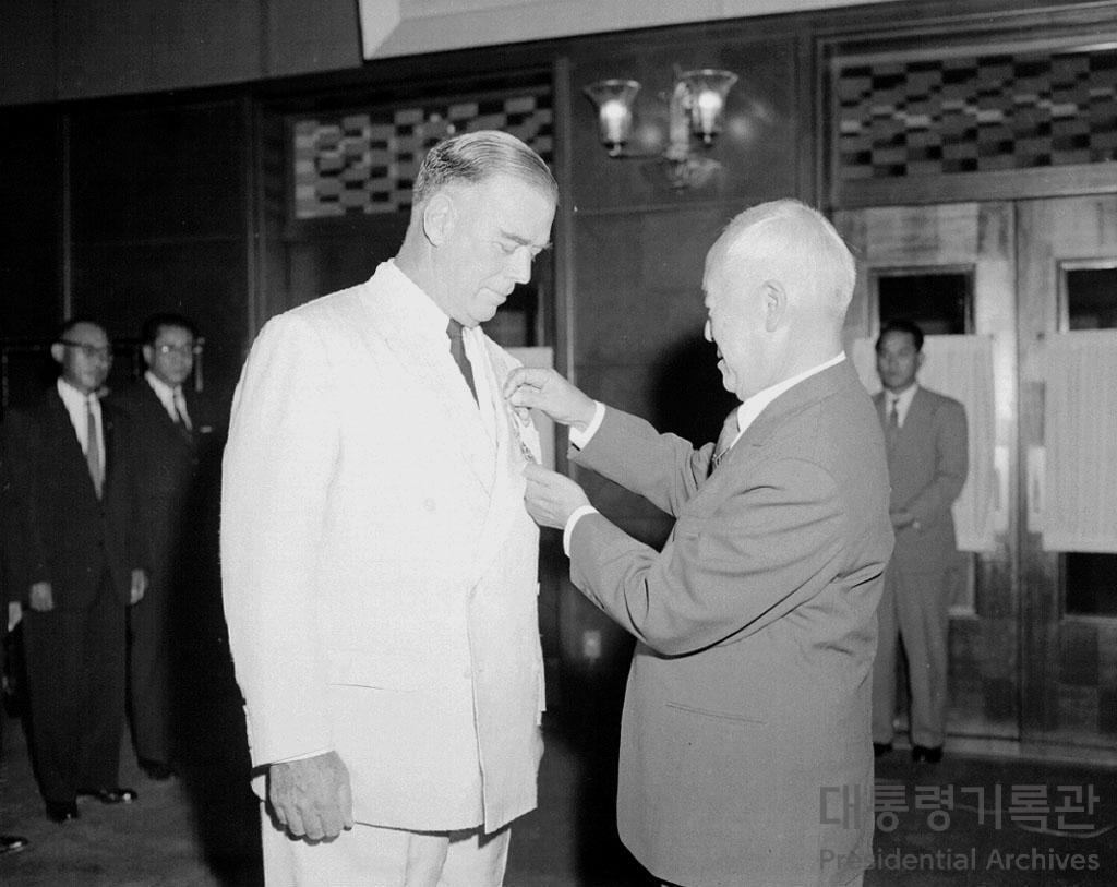 이승만 대통령 밴플리트 장군 훈장 수여 사진