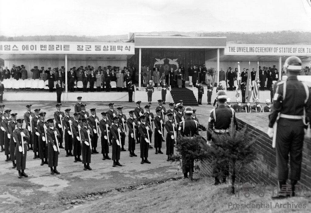 이승만 대통령 제임스 A.밴플리트 장군 동상 제막식 참석 사진